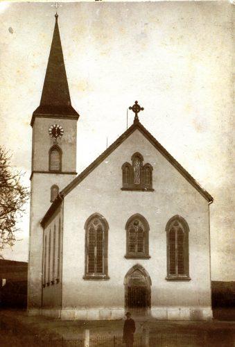 15 Pfarrer vor einer Kirche